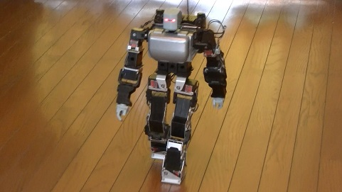 人間のような歩き方をする小型二足歩行ロボット